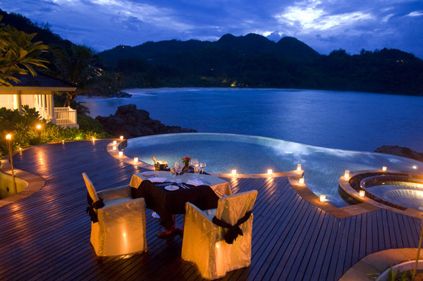 Romantic-dinner-tables-with-pools-and-candles-decorations