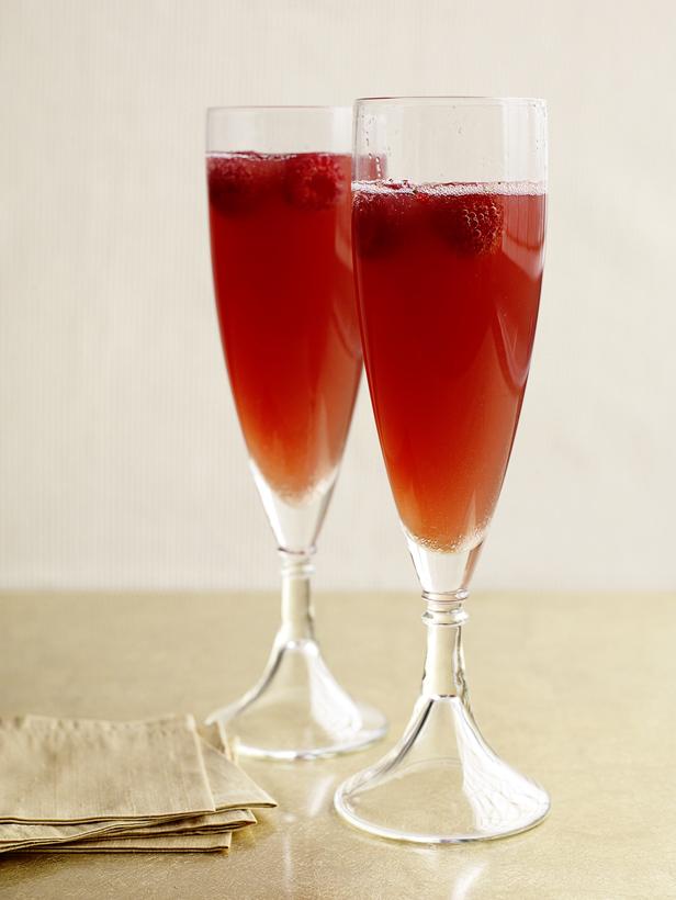 Коктейль из шампанского с ликером