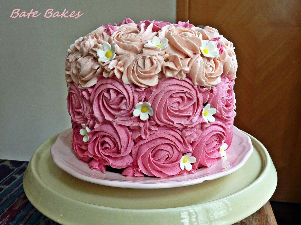 Торт, украшенный розами
