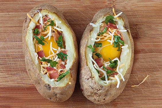 Картофель с яйцом и беконом