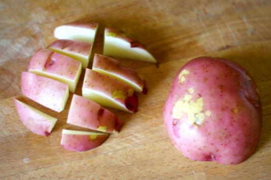 Картофельные дольки, запеченные с пармезаном