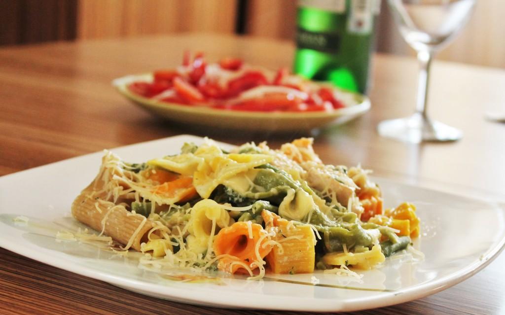 Разноцветная паста с овощами и курицей в сливочном соусе