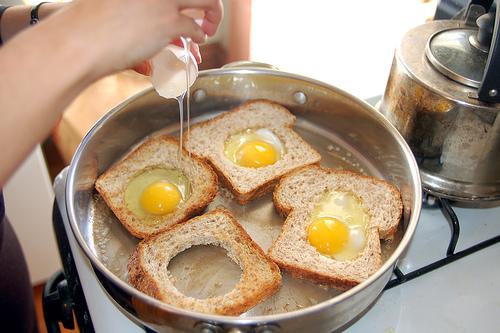 яйца в корзинках из хлеба